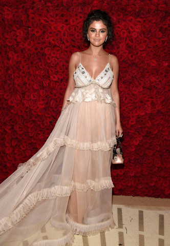 Триумфальное возвращение: Селена Гомес на Met Gala (фото 3.1)