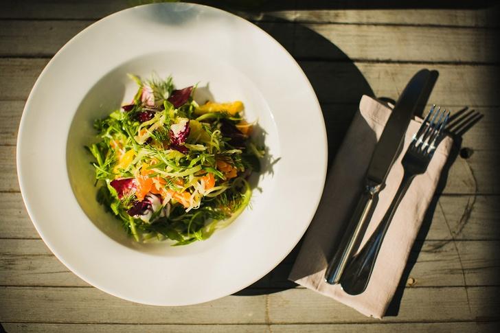 Салат с сельдереем и маринованным лососем летние салаты с фото