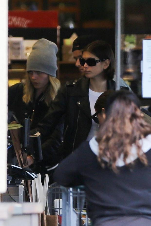 Подруги не только на подиуме: Кайя Гербер и Кара Делевинь на шопинге в супермаркете (фото 2)