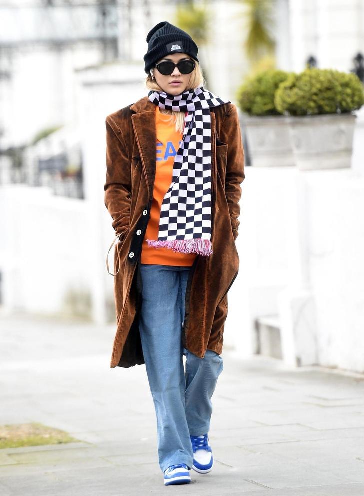 Гроссмейстер моды: Рита Ора в клетчатом шарфе и уютном пальто (фото 1)