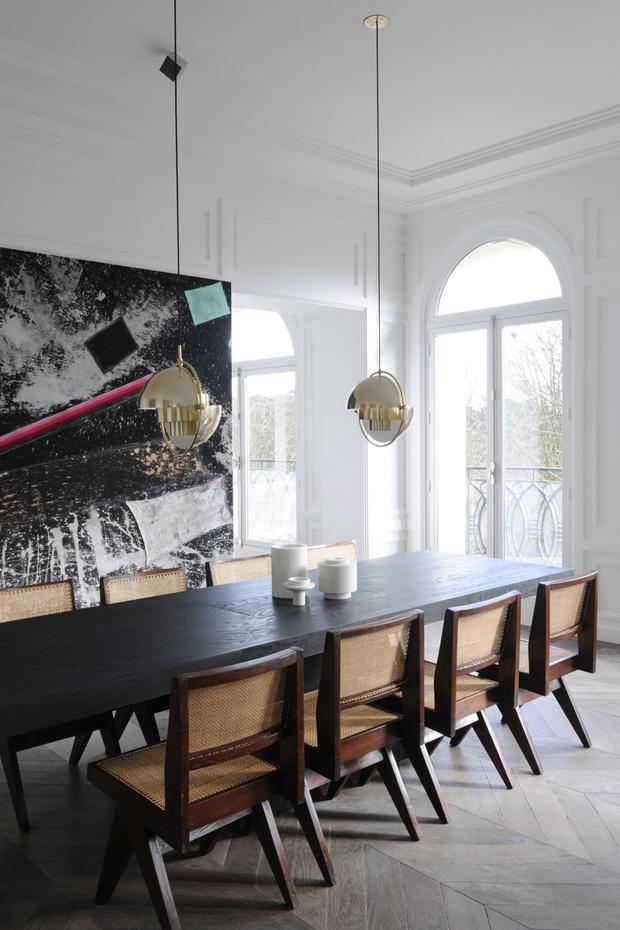 Столовая. Обеденный стол, дизайн Рика Оуэнса, стулья, дизайн Пьера Женнере. Светильник 1970- х годов, дизайн Луи Уейсдорфа. На стене — картина американского художника Стерлинга Руби.