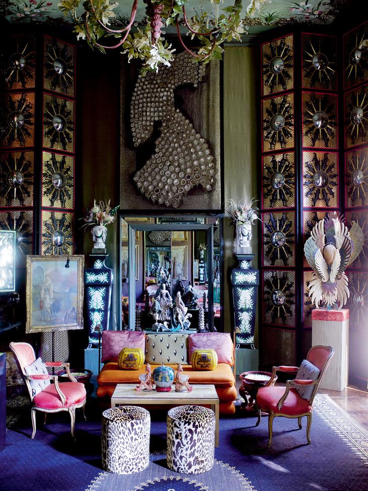 Стены столовой украшены панно из набивного хлопка с рисунком «под малахит», разработанным Тони Дюкеттом. Индийскую резную консоль черного дерева декоратор выкрасил в белый цвет.