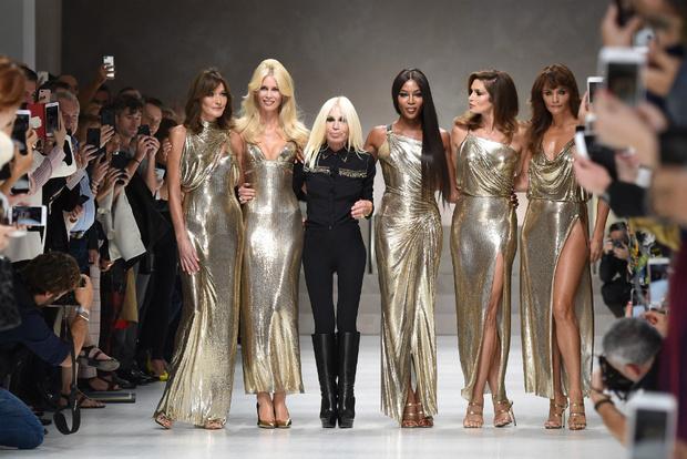 Фото дня: пять главных супермоделей 90-х на показе Versace фото [1]