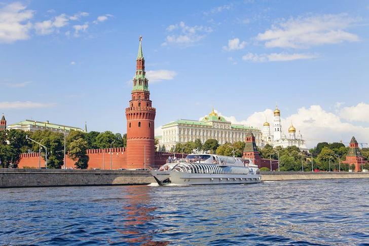 Проплыть на яхте мимо Кремля