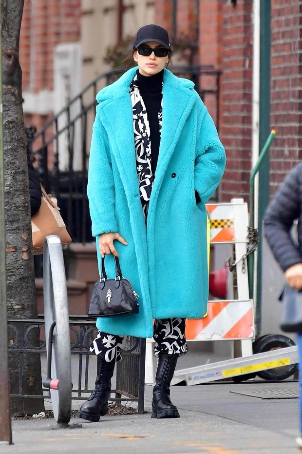 Добавьте больше цвета: Ирина Шейк в голубой шубе-чебурашке (фото 1)