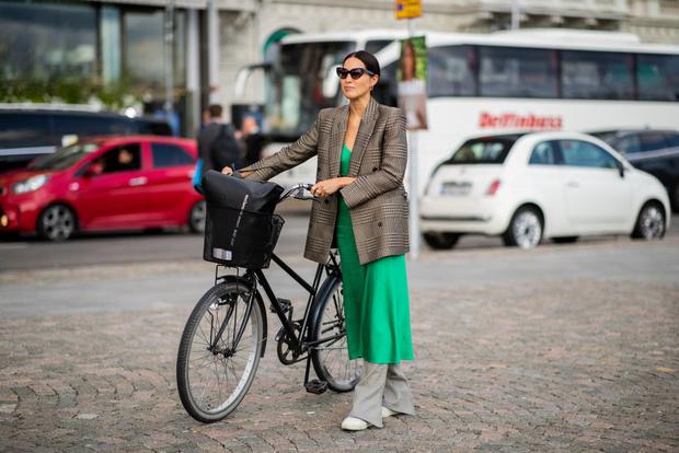 В платье на велосипеде: шведки задают тренд (фото 0)