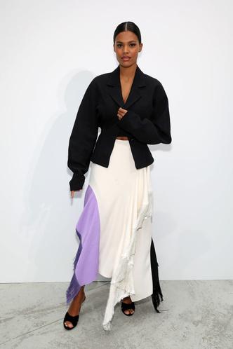 С чем носить пиджак необычного кроя?Пример Тины Кунаки (фото 0.1)