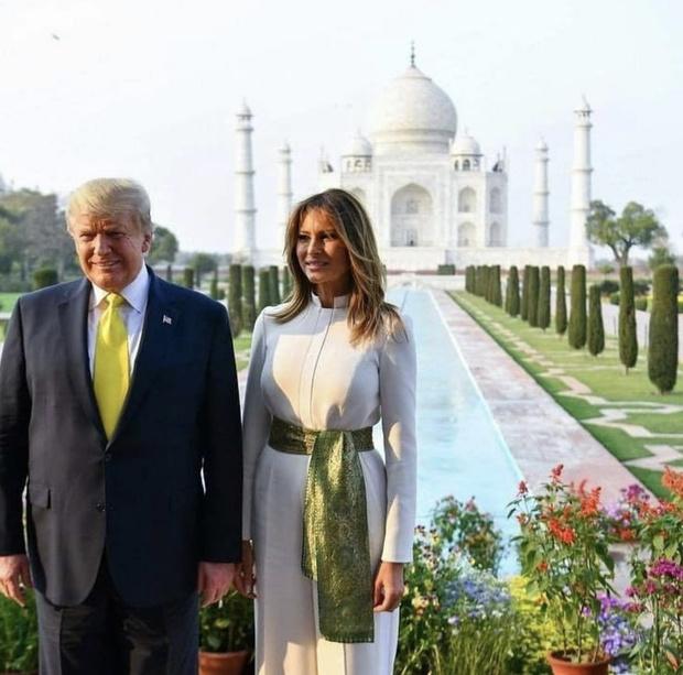 Белоснежный комбинезон и винтажный пояс из индийского шелка Мелании Трамп (фото 1)