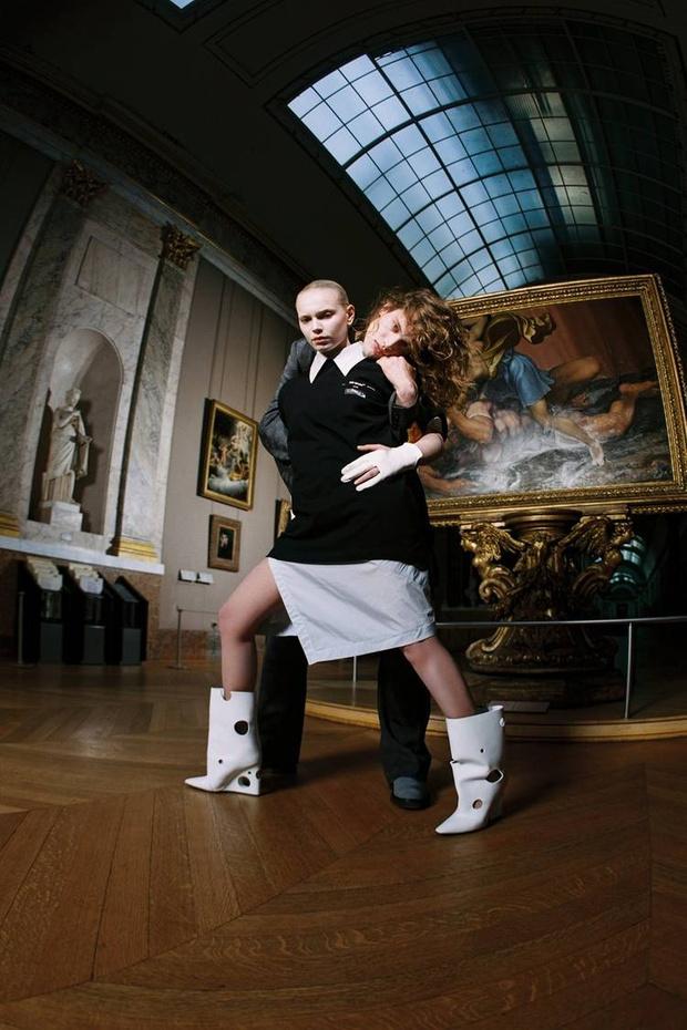 Какая знаковая марка одежды выпустила мерч для Лувра? (фото 5)