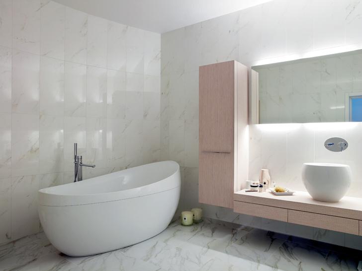 Ванная комната. Стены и пол облицованы мрамором. Мебель, раковина, Duravit, ванна, Villeroy & Boch.