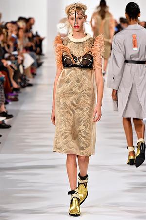 Тренд сезона: нижнее белье на модных подиумах (фото 12)