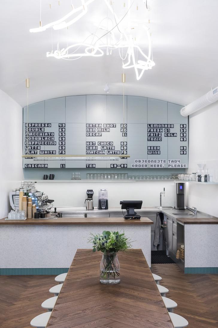 Пражское кафе в приглушенных тонах (фото 4)