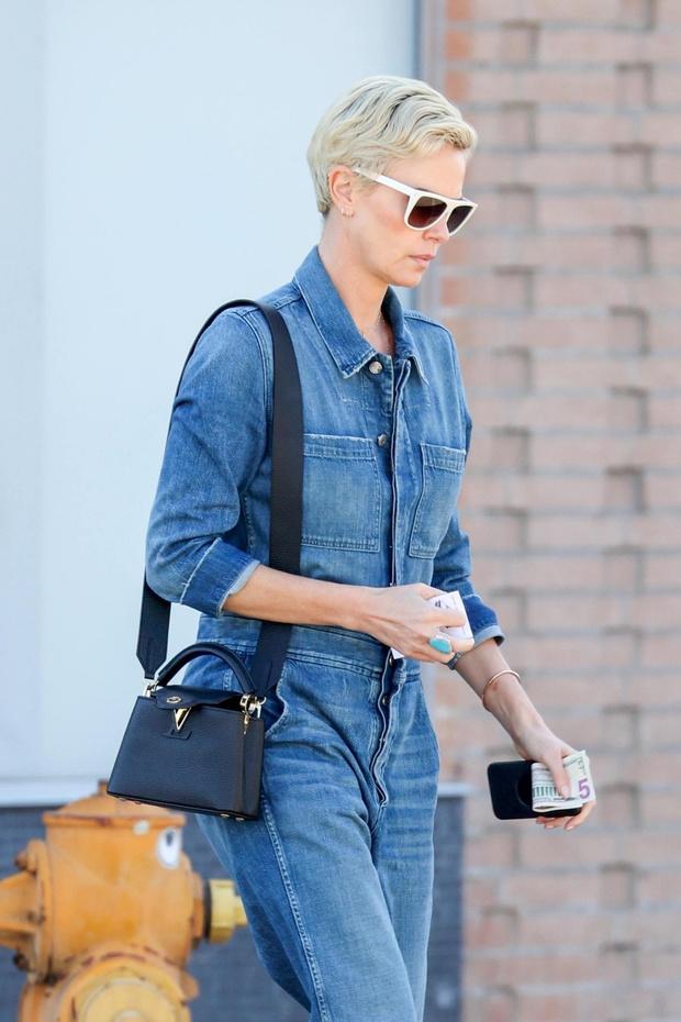 Как носить джинсовый тотал-лук? Показывает Шарлиз Терон (фото 2)