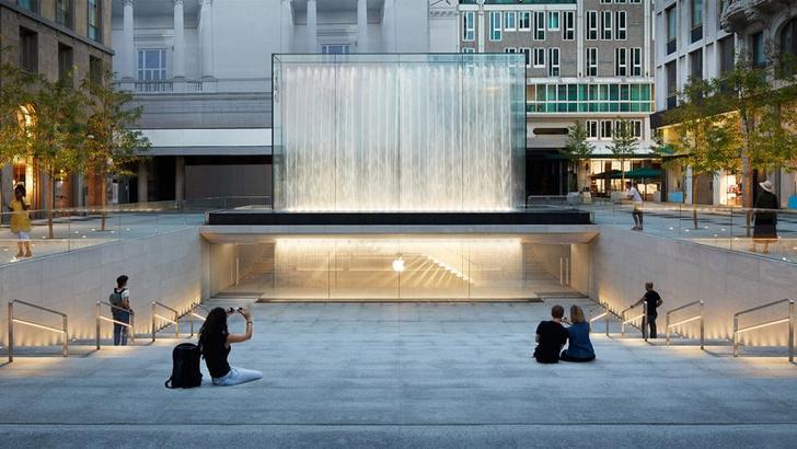 Бутик Apple с водопадом в центре Милана (фото 0)
