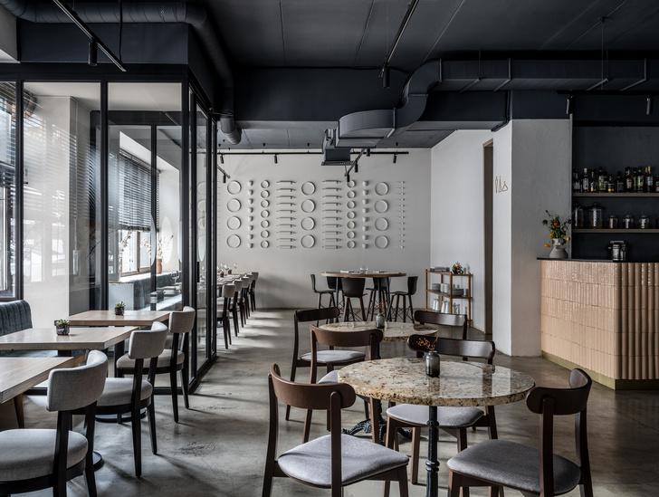 Монохромное кафе с кулинарией Lancheria в Москве (фото 3)