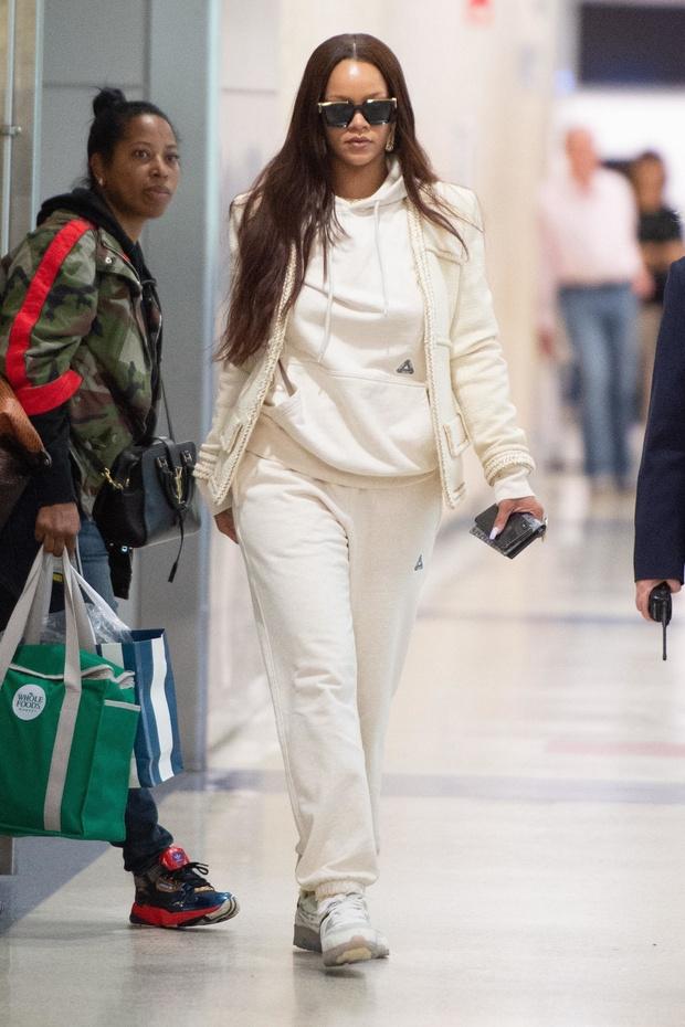 В чем летает самая богатая певица на планете? Рианна после каникул (фото 4)