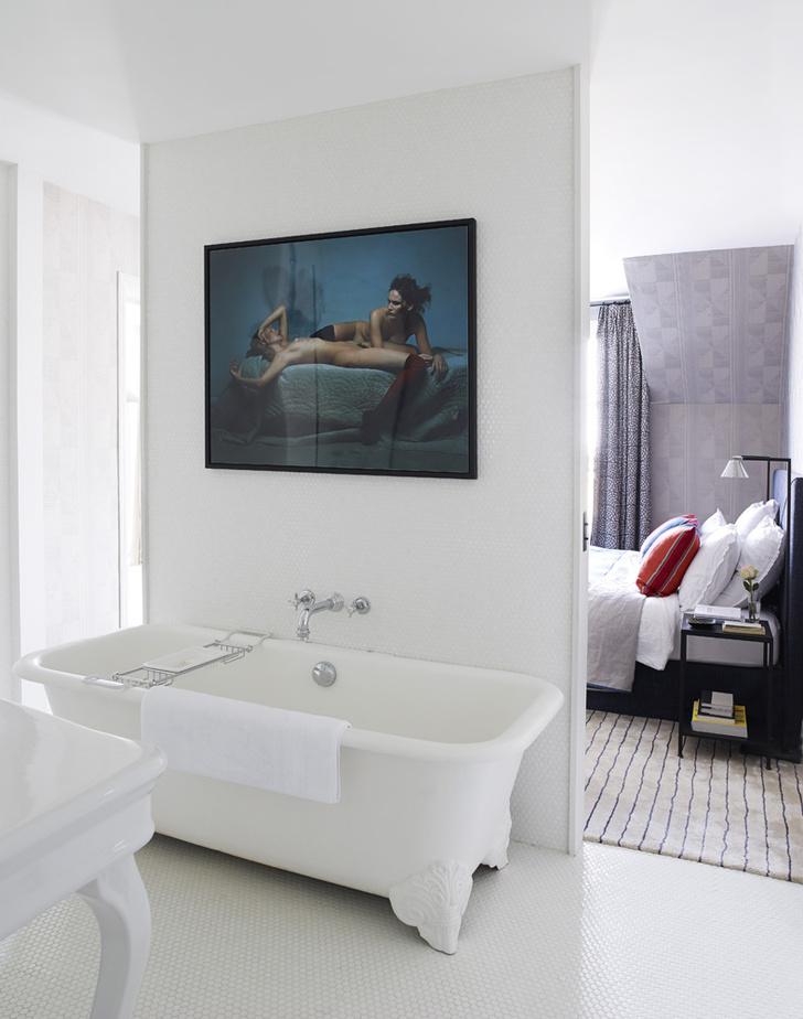 Ванная комната, примыкающая к спальне. Кровать, прикроватные столики, все — Pierre Frey. Шторы сшиты из ткани Shibao, Pierre Frey. Ковер, Braquenie.