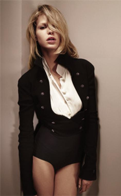 Жакет из твида и шелковая блуза, все - Chanel; шортики из нейлона Charnos