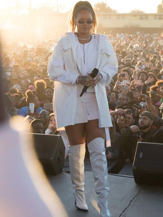 Рианна в белом тотал-луке на концерте в Калифорнии (фото 1)