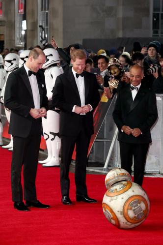 Принцы Уильям и Гарри на премьере новых «Звездных войн» (фото 2)