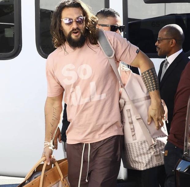 Джейсон Момоа вновь доказывает — розовый  цвет делает мужчину очень сексуальным (фото 1)