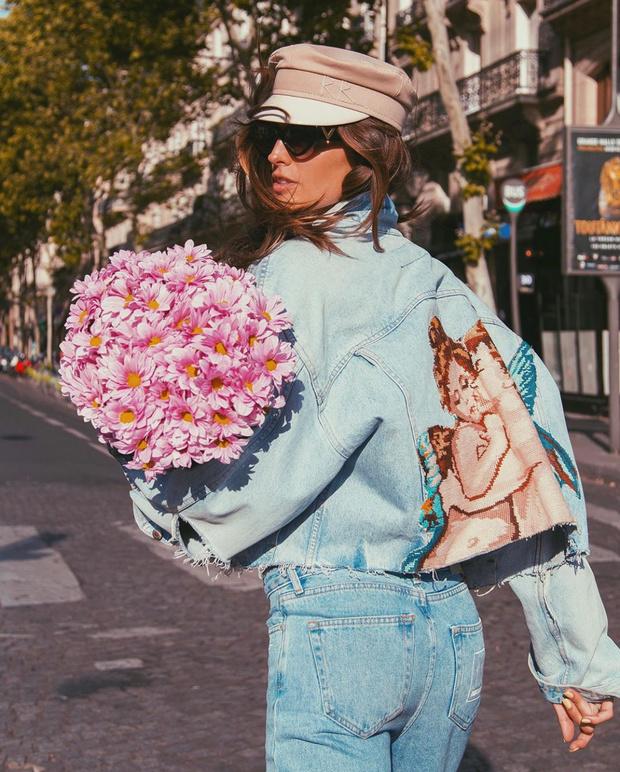 Немного солнца в холодном Париже: Изабель Гулар в джинсовой куртке и кепке Ruslan Baginskiy (фото 0)