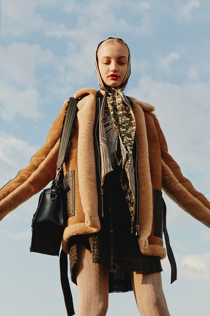 Модный аксессуар: 10+ осенних образов с шелковым платком фото [3]