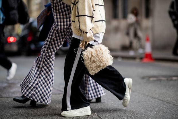 Самые необычные стритстайл образы с меховой сумкой (фото 0)