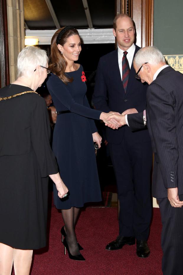 Ободок Zara и клатч с короной: детали образа Кейт Миддлтон (фото 3)