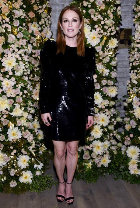 Джулианна Мур появилась на вечеринке в коротком кожаном платье фото [1]