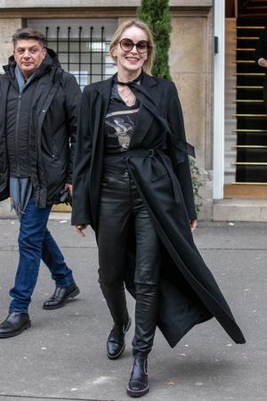 Rock star: Шэрон Стоун в кожаных брюках и челси с заклепками (фото 1.2)