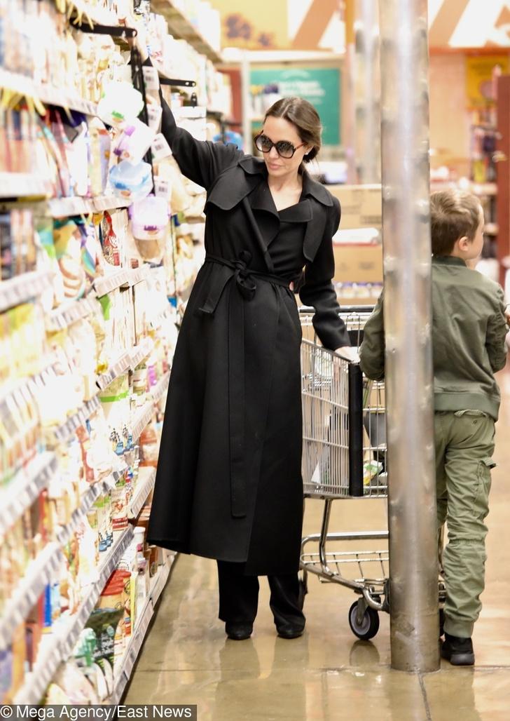 Новый выход Анджелины Джоли с детьми обсуждают в сети (фото 1)