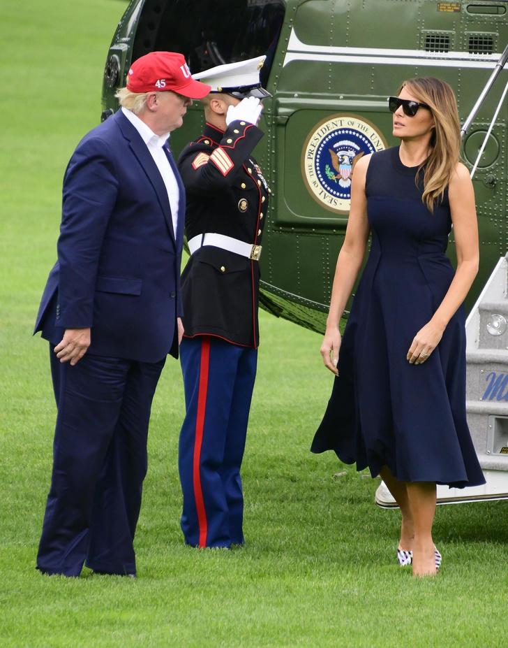 Формула успеха Мелании Трамп: простое платье и яркие туфли с оптическим рисунком (фото 3)