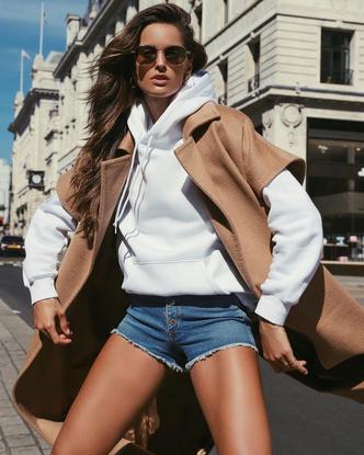 Как носить джинсовые шорты осенью? Попробуйте с пальто, как Изабель Гулар (фото 2.2)