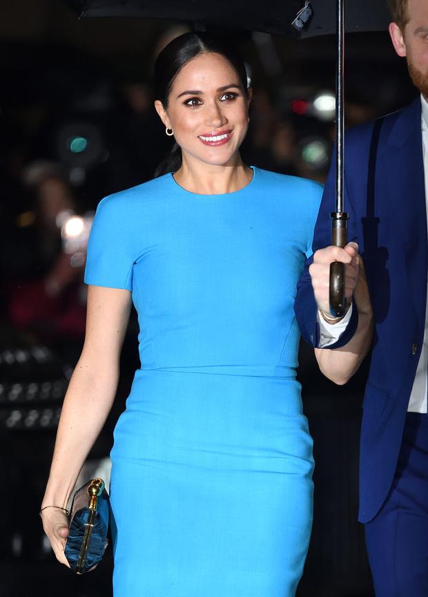 Голубой — цвет надежды:  Меган Маркл в соблазнительном платье (фото 5)
