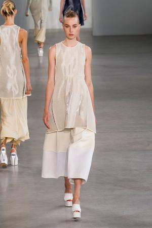 Показ Calvin Klein Collection коллекции сезона Весна-лето 2015 года Prêt-à-porter - www.elle.ru - Подиум - фото 587183