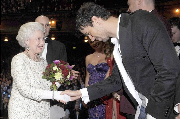 Что звезды надевали на встречу с королевой Елизаветой II? (фото 32)