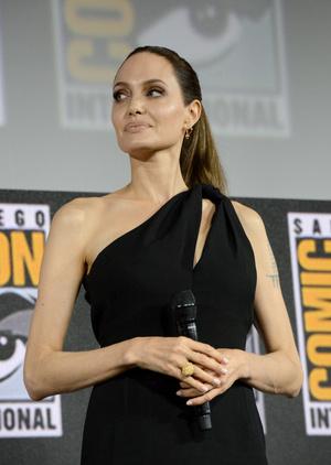 Маленькое черное платье и невероятная улыбка: Анджелина Джоли на пресс-конкуренции Marvel (фото 1.2)