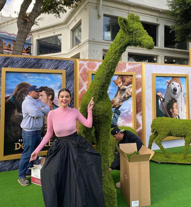 Чудо, как хороша: Селена Гомес в платье Givenchy (фото 3)