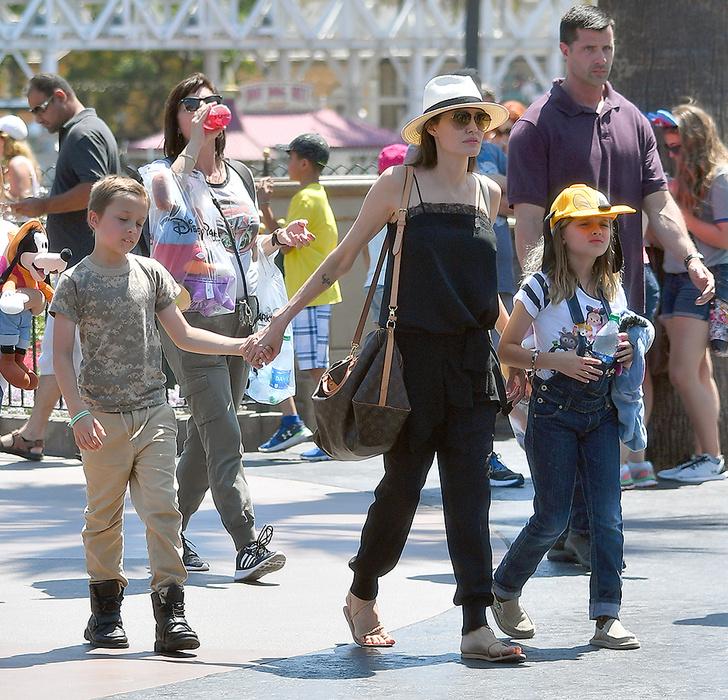 Анджелина Джоли с Вивьен и Ноксом