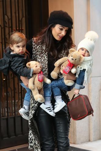Супермама: Амаль Клуни с двумя детьми в Нью-Йорке (фото 1.1)