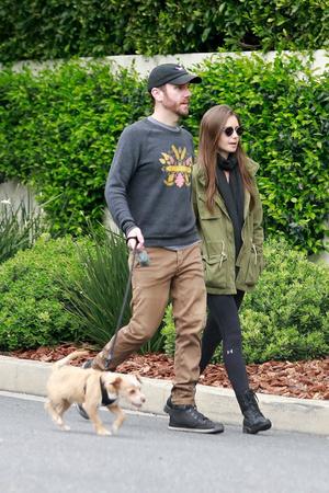 Двое в городе, не считая собаки: влюбленная Лили Коллинз на прогулке с бойфрендом (фото 1.2)