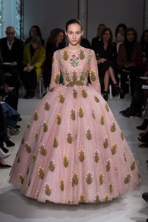 Показ Giambattista Valli коллекции сезона Весна-лето  2017 года Haute couture - www.elle.ru - Подиум - фото 616220