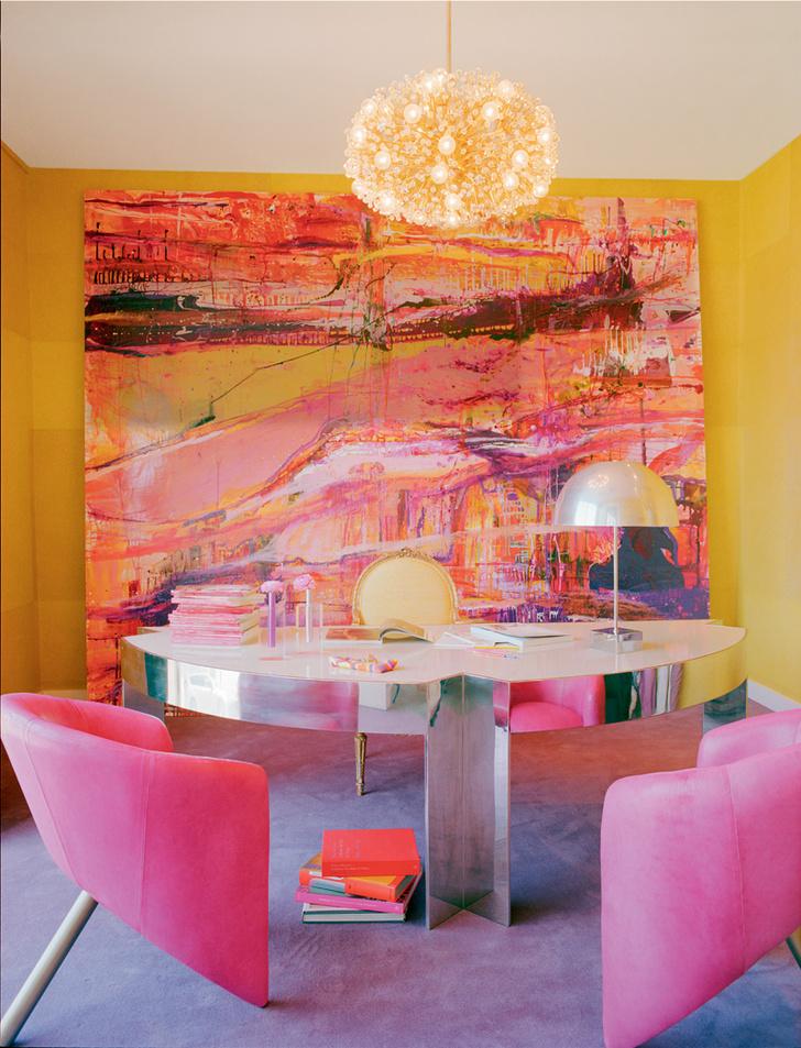 Тон в кабинете Келли Уэстлер задает огромное живописное полотно Ланы Гомес (из частной коллекции декоратора). Мебель здесь антикварная и винтажная, как, впрочем, и в других помещениях бюро.