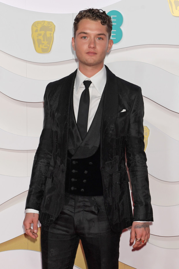 Такой же стильный, как отец! Рафферти Лоу на премии BAFTA 2020 (фото 3)
