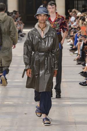 Показ Louis Vuitton коллекции сезона Весна-лето 2018 года Men prêt-à-porter - www.elle.ru - Подиум - фото 623165