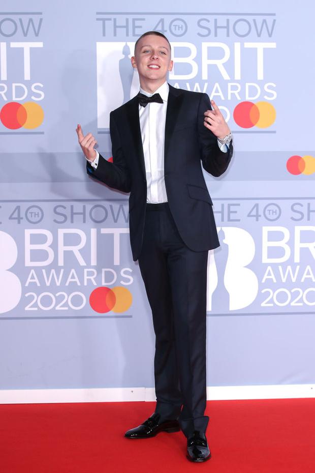 Жемчужные бусы, каблуки и белая водолазка: три лучших мужских образа BRIT Awards (фото 7)