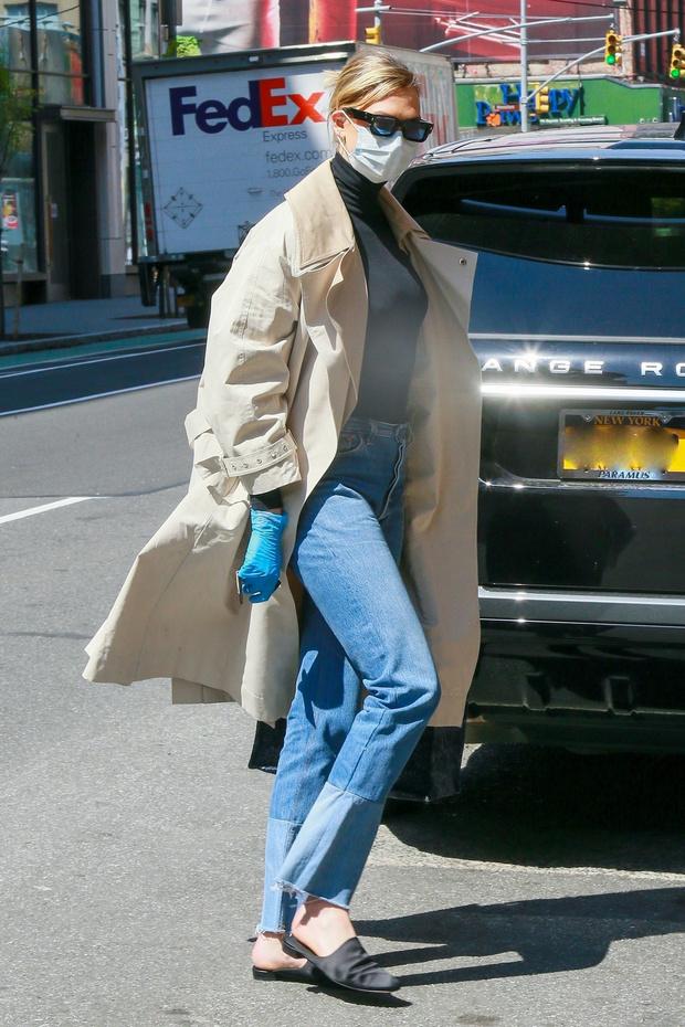 Классика, которая актуальна всегда: Карли Клосс и ее идеальный тренч, который сочетается со всем (фото 2)