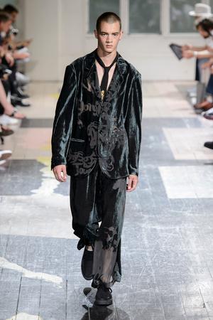 Показ Yohji Yamamoto коллекции сезона Весна-лето 2018 года Men prêt-à-porter - www.elle.ru - Подиум - фото 623206