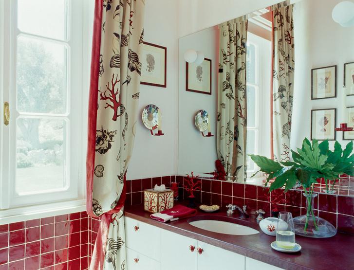 Все детали интерьера ванной украшены кораллами. Шторы, Dedar.
